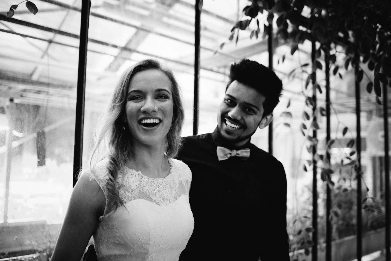 Ein lachendes Brautpaar bei einem Elopement-Shooting in Bonn.