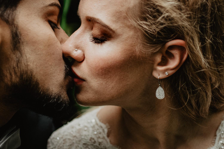 Ein zarter sinnlicher Kuss beim Brautpaar-Fotoshooting.