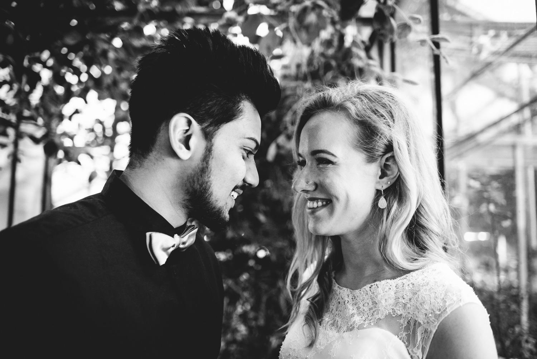 Ein Brautpaar lacht sich gegenseitig an.