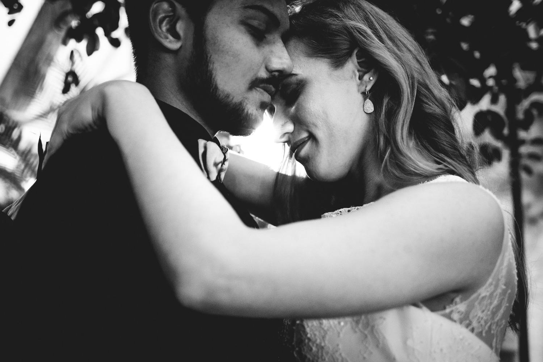 Eine vertraute intime Umarmung eines Brautpaares bei einem Elopement Shooting.