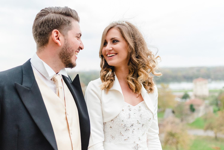 Lachendes Brautpaar bei einer Hochzeit in Belgrad