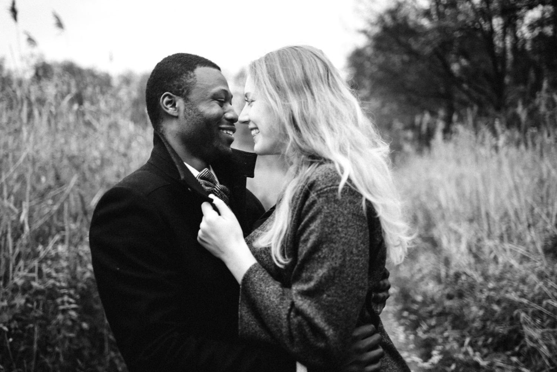 Zwei Verliebte albern bei einem Verlobungs-Fotoshooting in Düsseldorf rum.