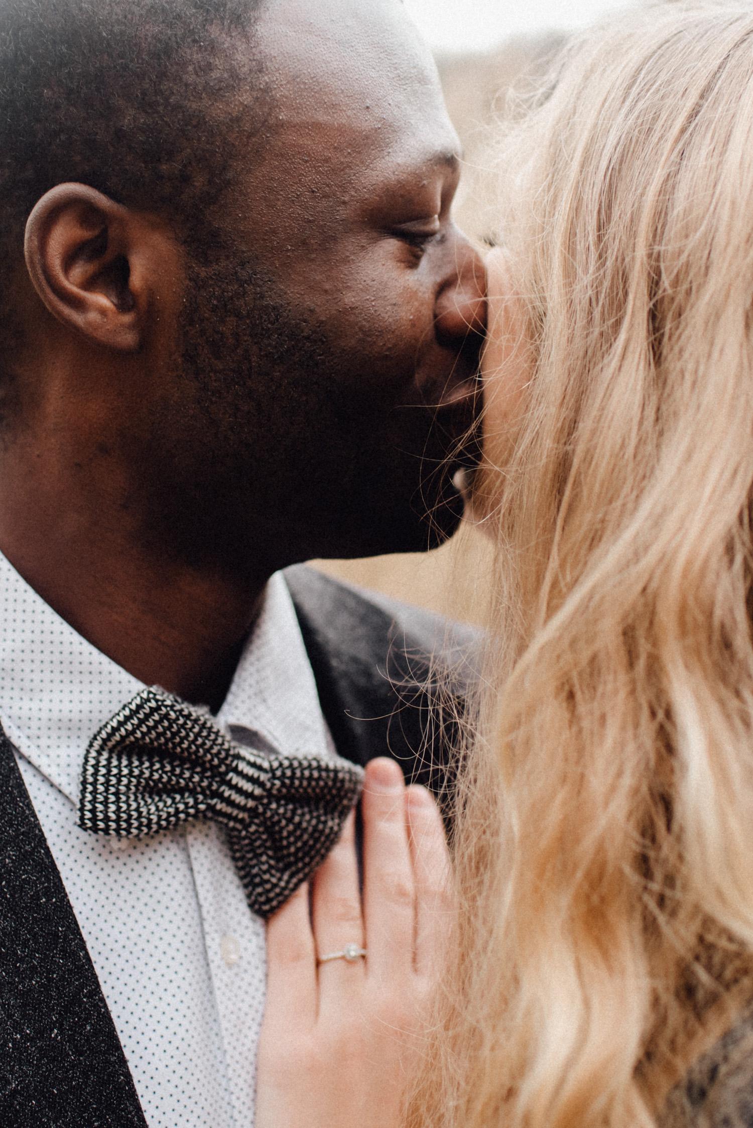 Ein Mann küsst seine Frau liebevoll auf die Wange