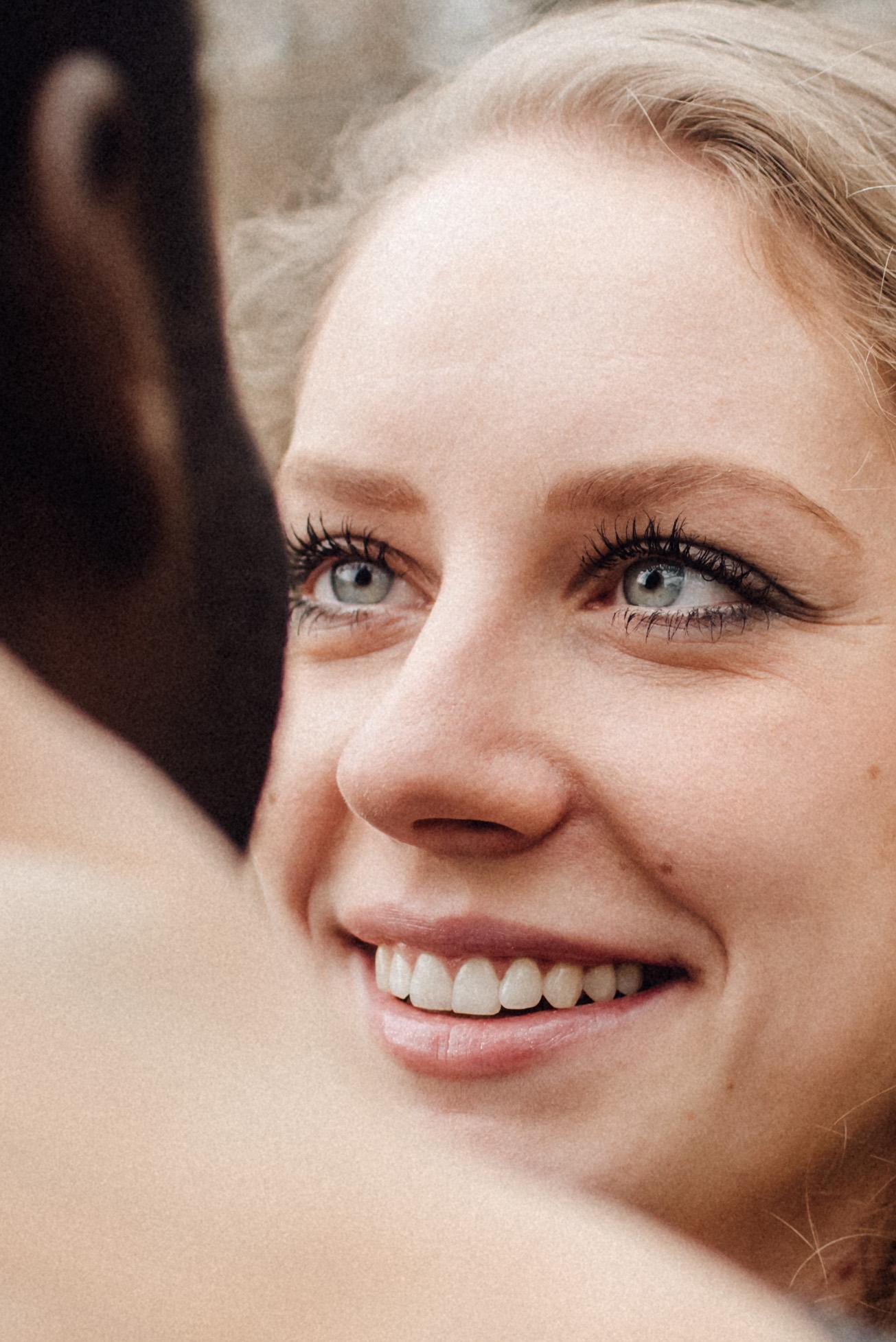 Der verliebte Blick mit blauen Augen