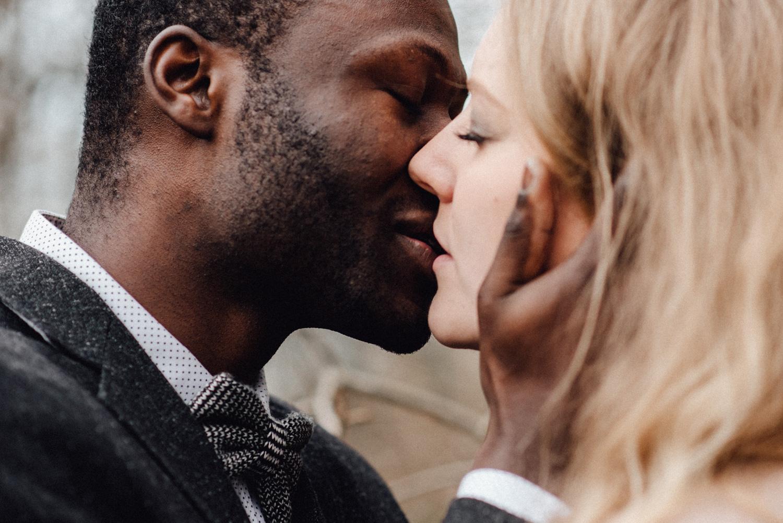 Ein Kuss zwischen zwei Liebenden