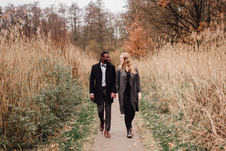 Ein Paar spaziert in einem Park in Düsseldorf
