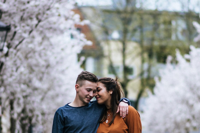 Ein Hand in Hand spazierendes Paar in der Bonner Altstadt beim Fotoshooting mit der Hochzeitsfotografin Daria Becker.