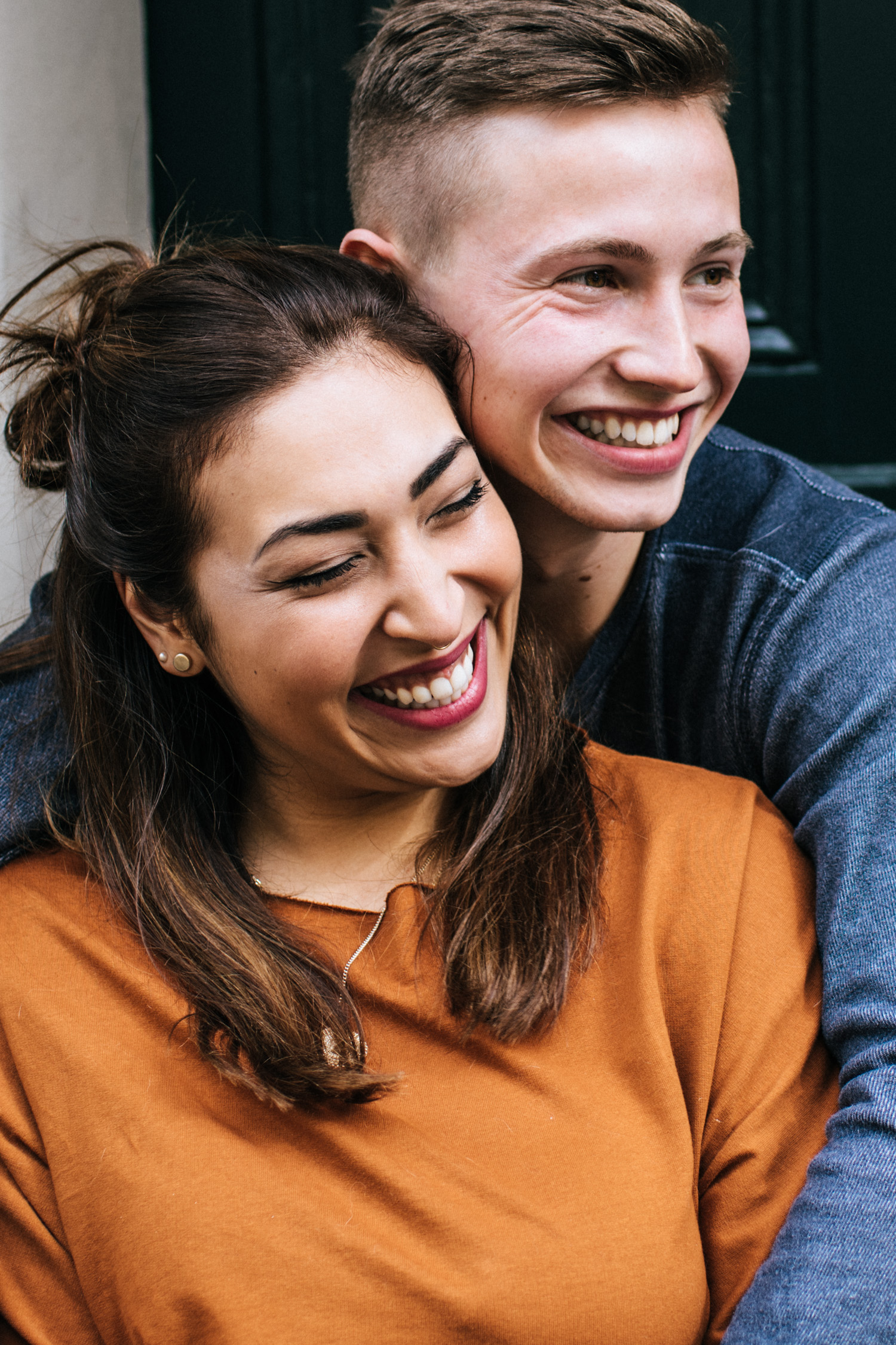 Ein lachendes Paar beim Fotoshooting mit Daria Becker in Bonn.