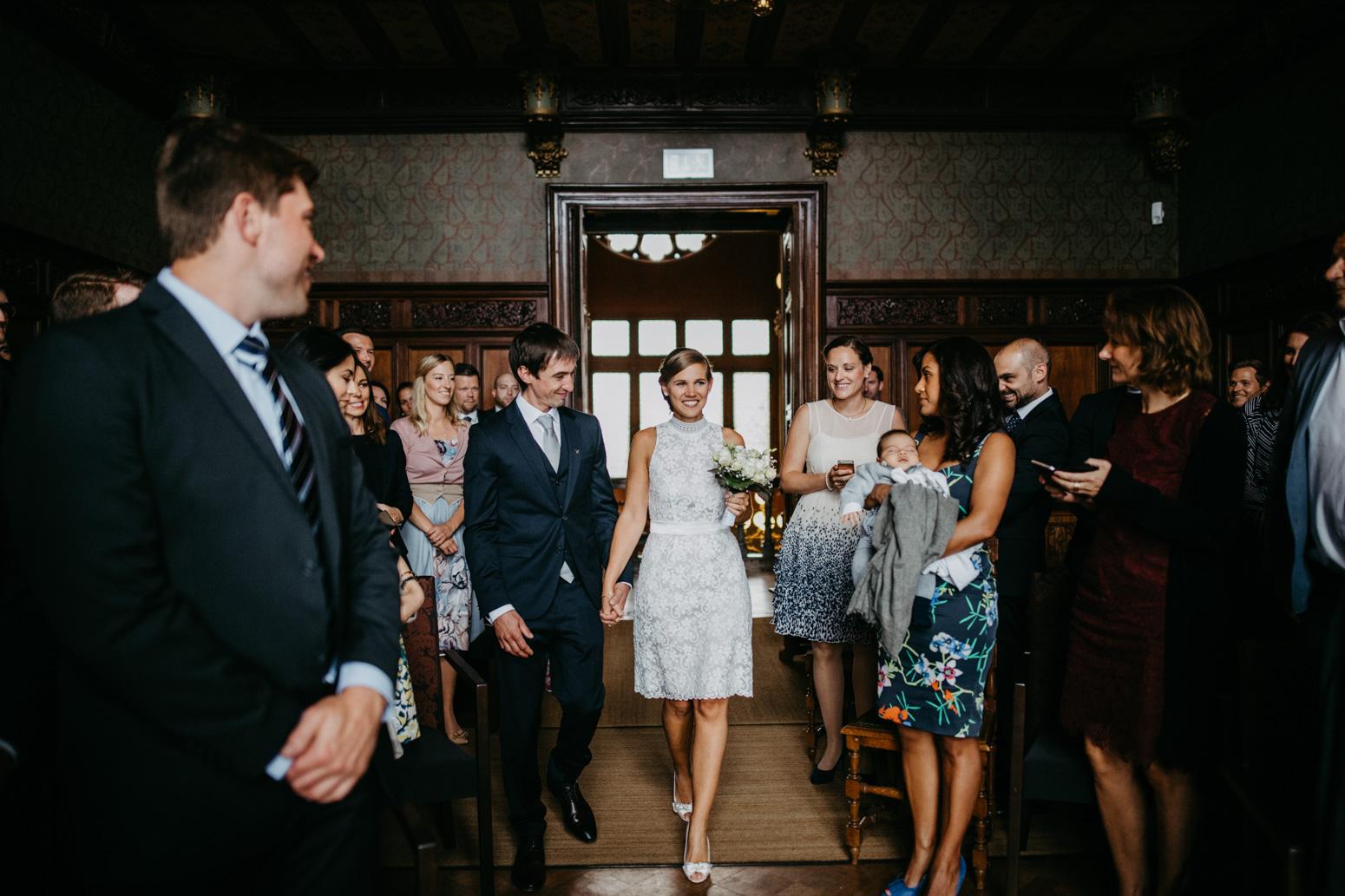 Einzug des Brautpaares in den Trausaal auf Schloss Drachenburg in Königswinter