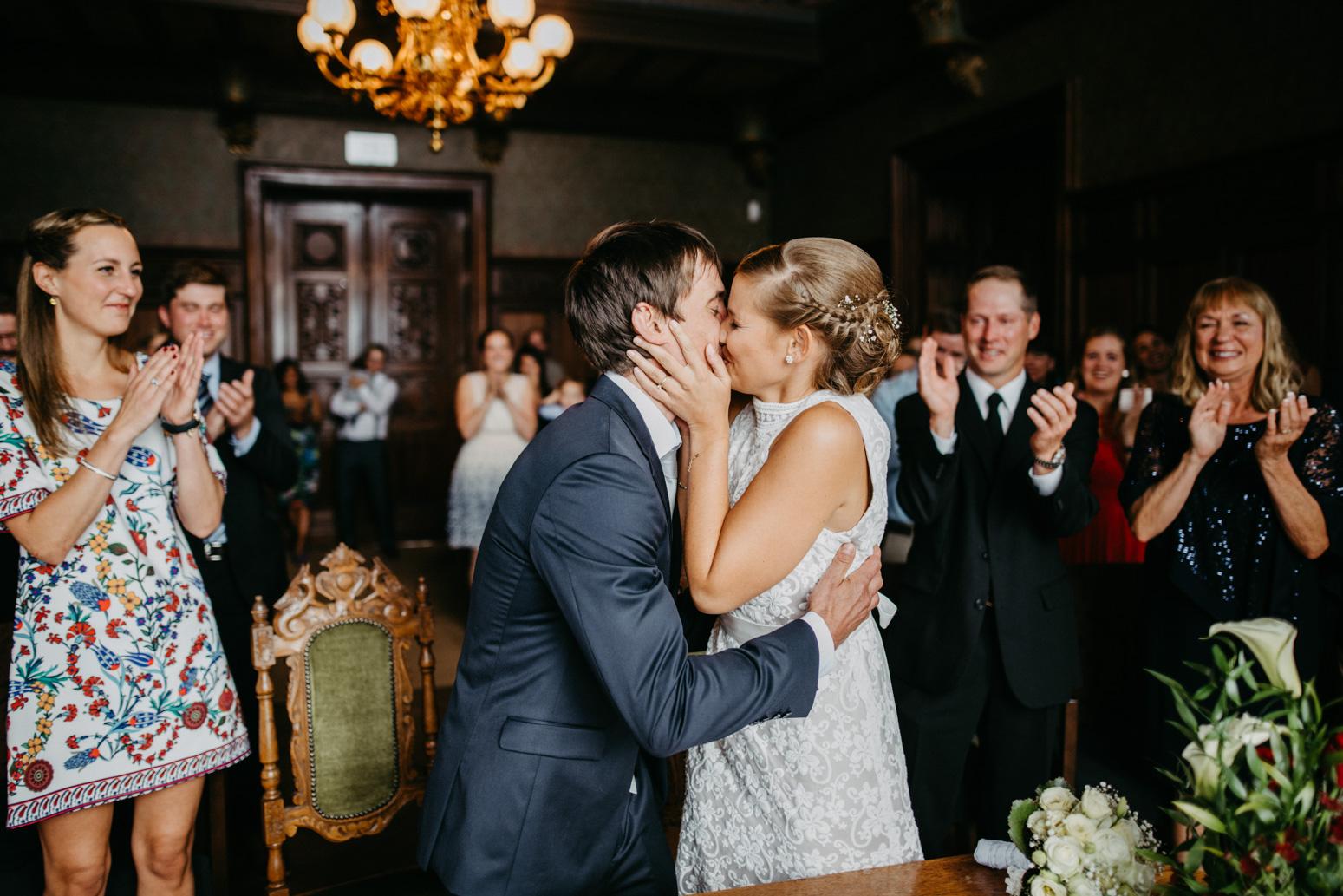 Erster Kuss bei einer standesamtlichen Trauung auf Schloss Drachenburg in Königswinter
