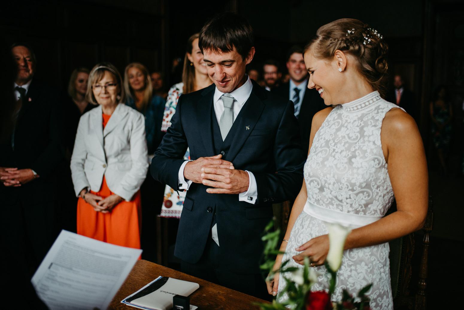 Ringwechsel bei einer deutsch-amerikanischen Hochzeit auf Schloss Drachenburg in Königswinter