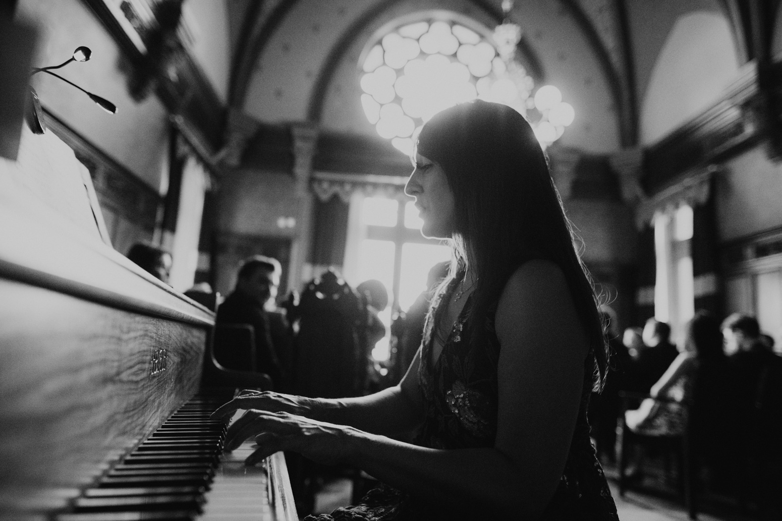 Melanie Gardner singing and playing the piano in Königswinter