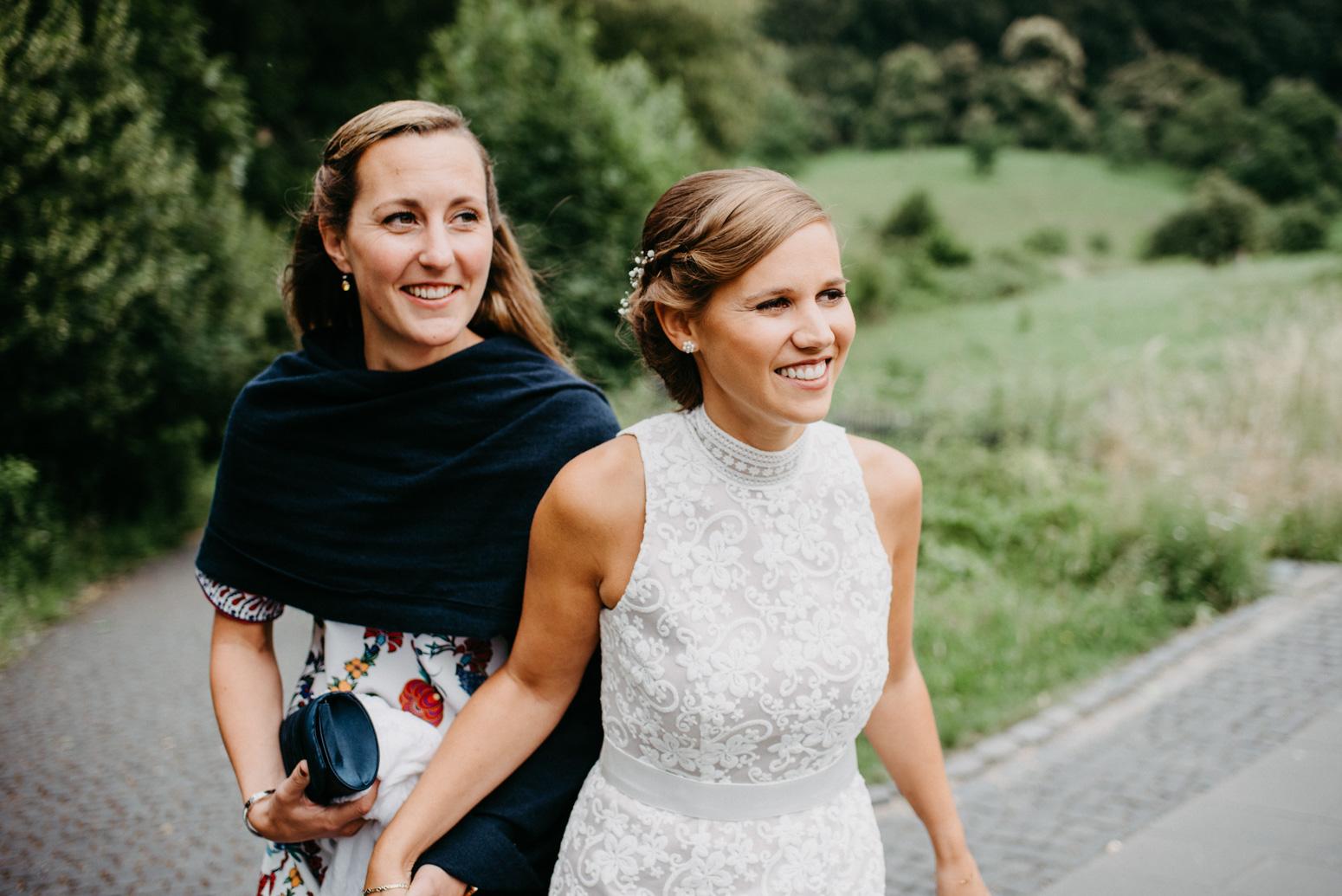 Braut und Trauzeugin sind auf dem Weg zur Trauung auf Schloss Drachenburg