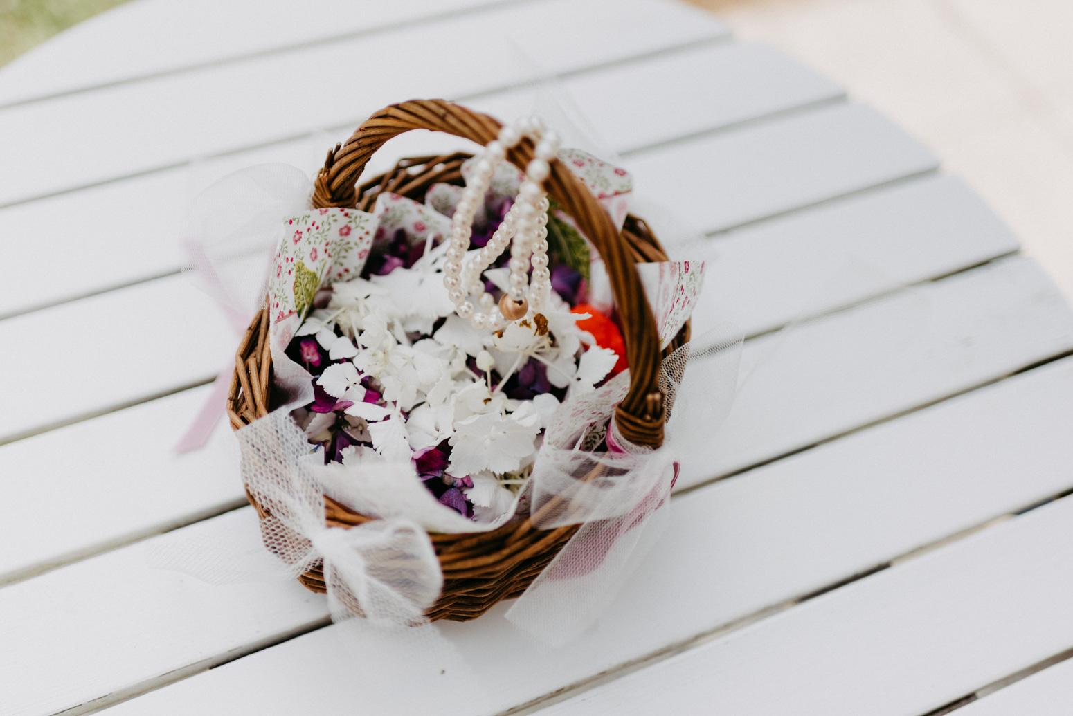 Blumenkorb der Blumenmädchen. Hochzeitsfotografin Daria Becker von Genuine Bonds aus Bonn