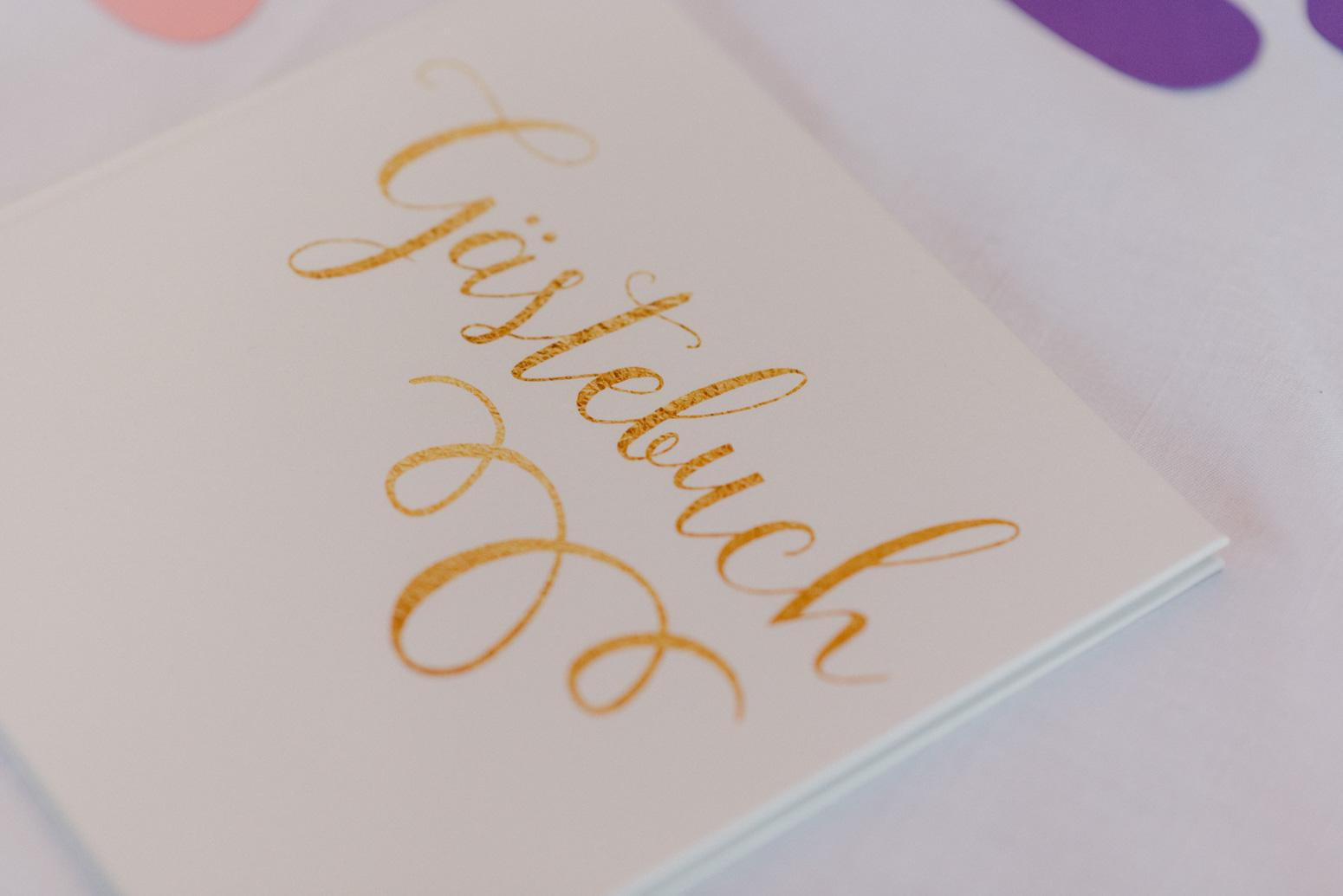Foto von einem Gästebuch mit goldener Schrift