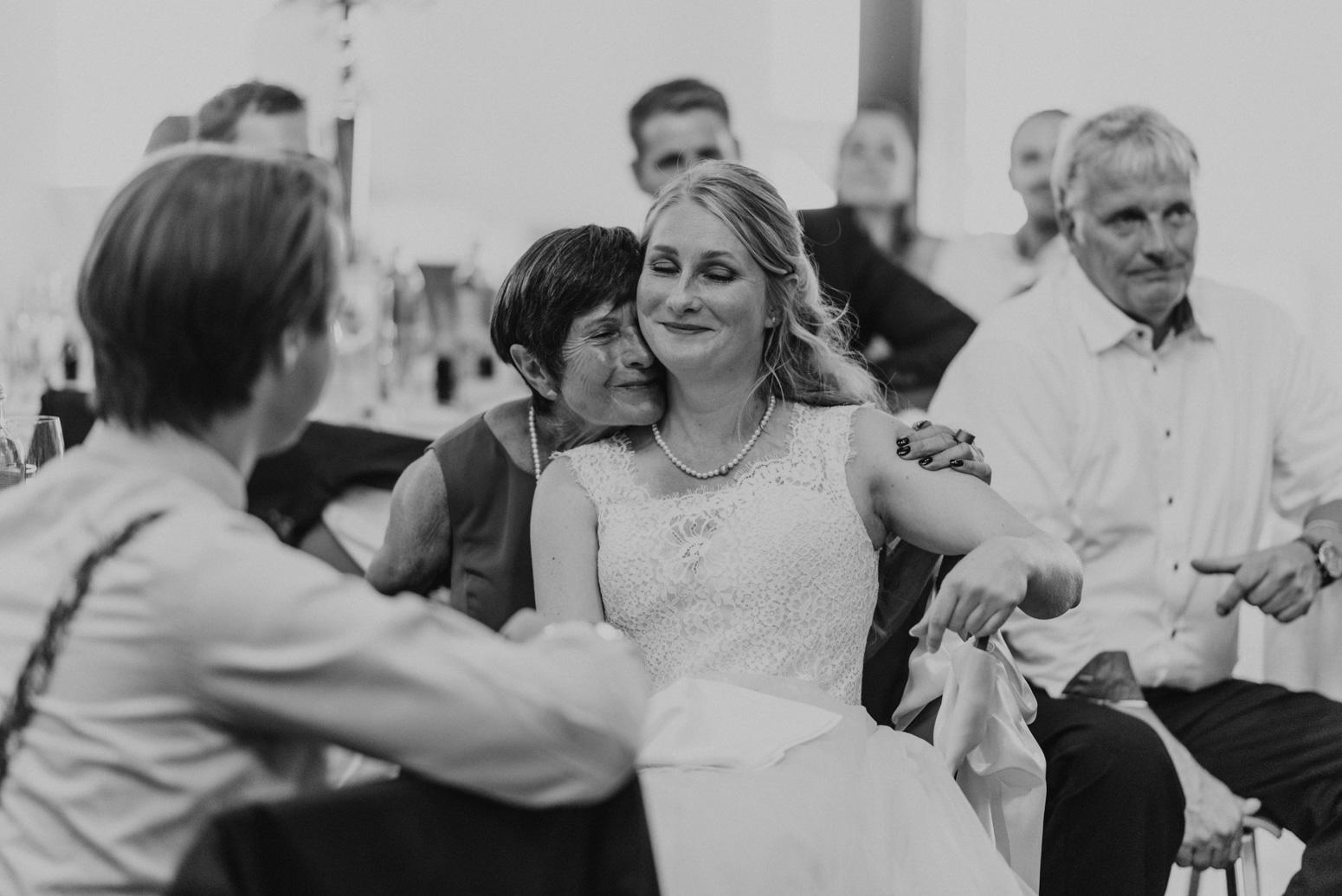 Hochzeitsreportage: Die Braut weint vor Rührung während einer Rede. Hochzeitsfotografin in NRW Daria Becker von Genuine Bonds