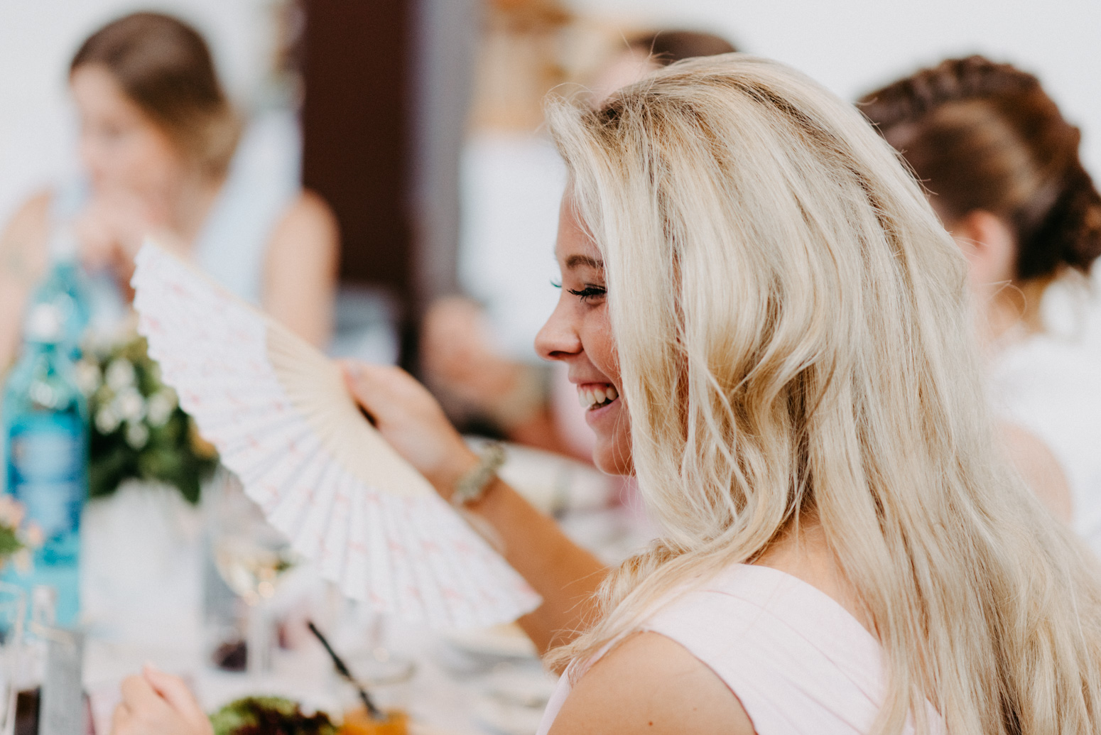Hochzeitsfeier und sich unterhaltende Gäste in der kleinen Beethovenhalle in Muffendorf. Hochzeitsfotografin Daria Becker von Genuine Bonds in Bonn