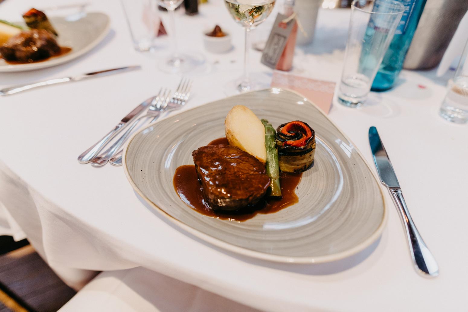 Catering, Hauptspeise des Hochzeitsmenüs in der kleinen Beethovenhalle in Bad Godesberg. Hochzeitsreportage von Daria Becker von Genuine Bonds NRW