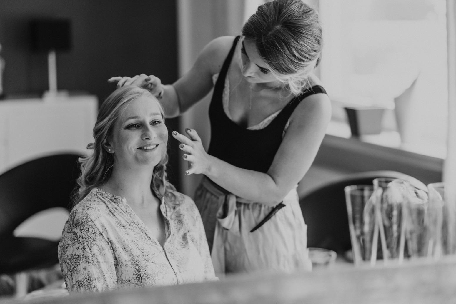 Getting Ready der Braut. Ein Spiegelfoto. Hochzeitsreportage von Daria Becker von Genuine Bonds aus Bonn