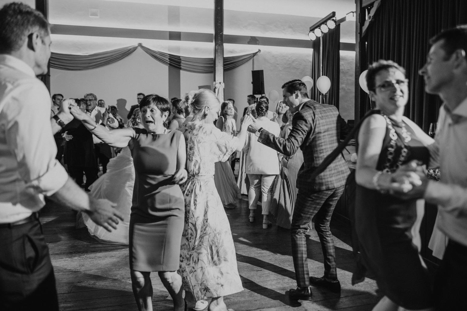 Hochzeitsparty und tanzende Gäste einer Hochzeitsfeier in der kleinen Beethovenhalle, Bad Godesberg. Hochzeitsfotograf Köln Bonn, Daria Becker von Genuine Bonds, NRW