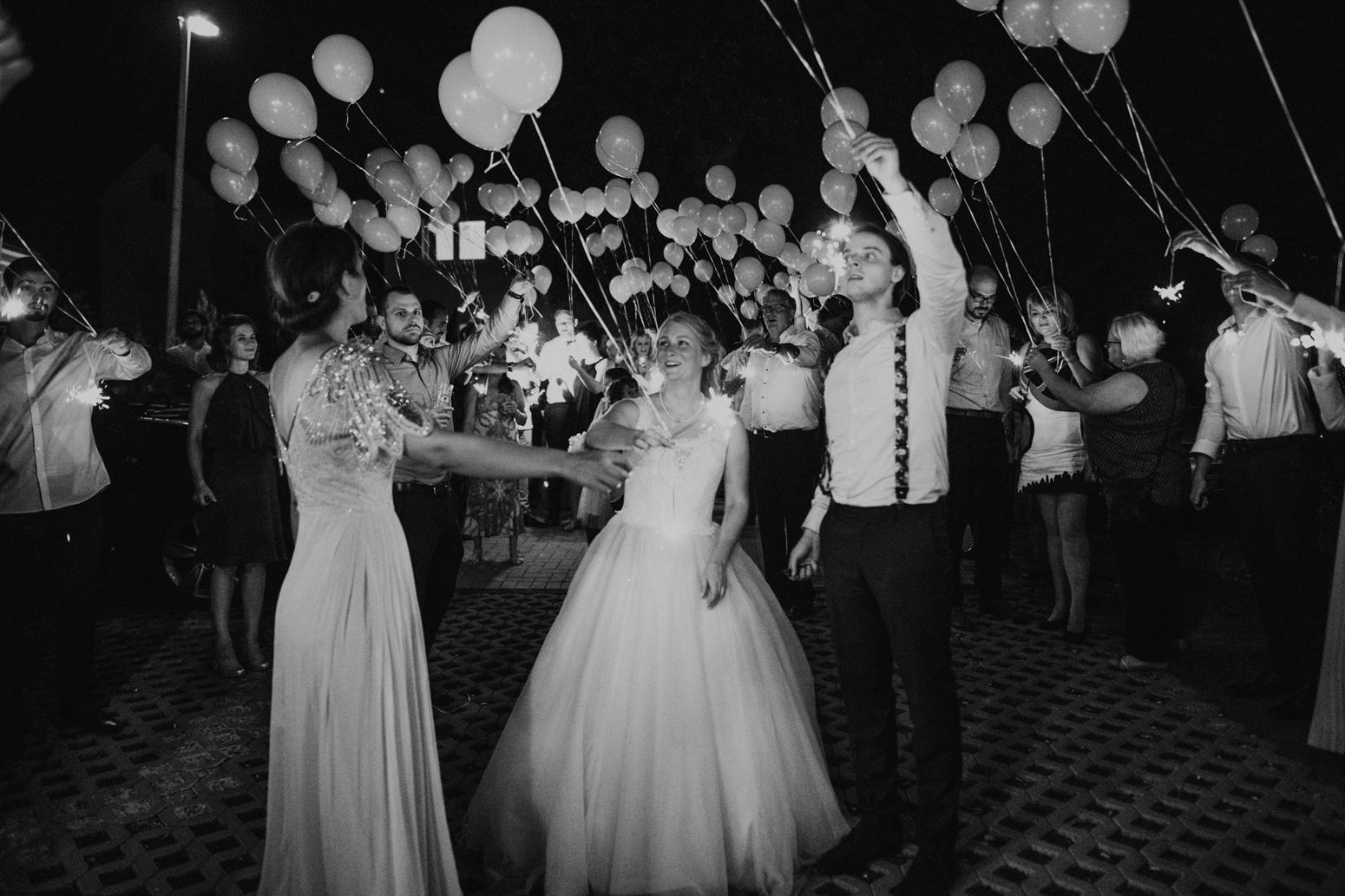 Ballons mit Wunderkerzen steigen lassen. Hochzeit Bonn, Hochzeitsfotografin Genuine Bonds, Daria Becker