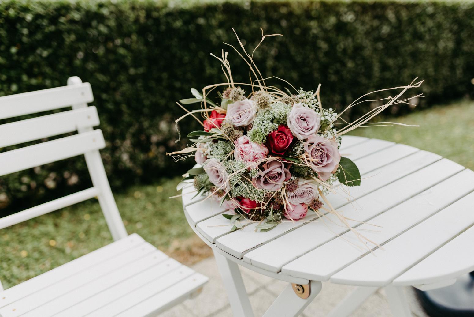 Brautstrauß aus Rosen und Bast