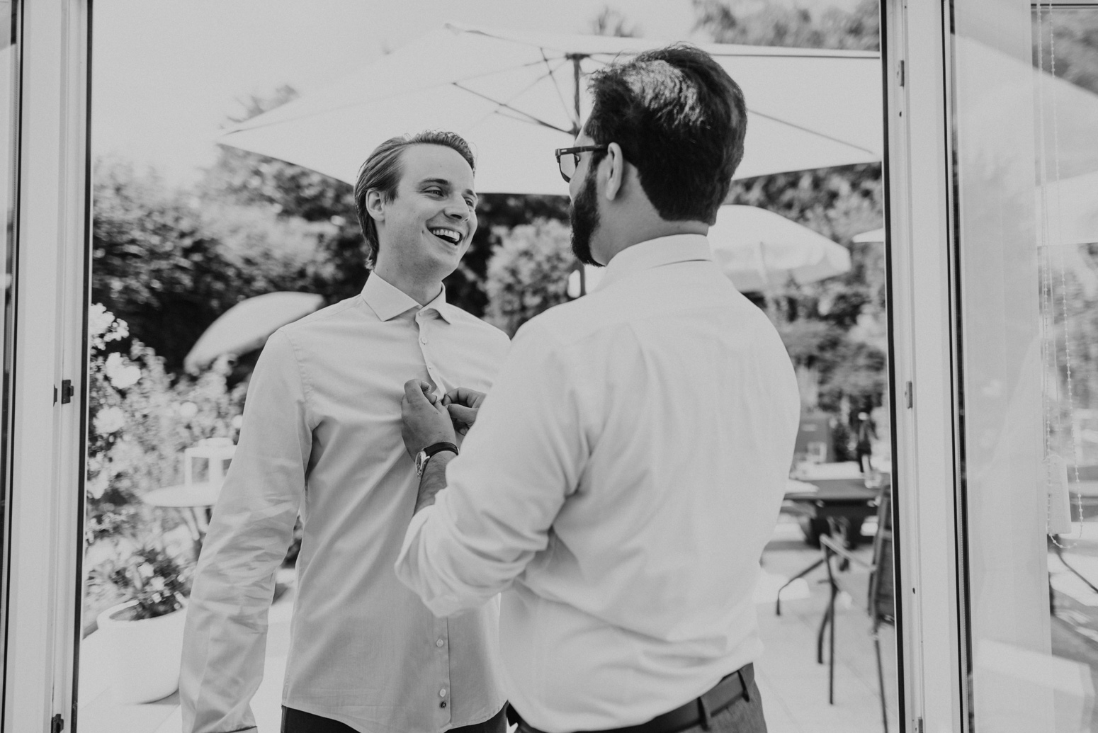 Der Trauzeuge hilft dem Bräutigam beim getting Ready. Hochzeitsfotografin Daria Becker von Genuine Bonds aus Bonn