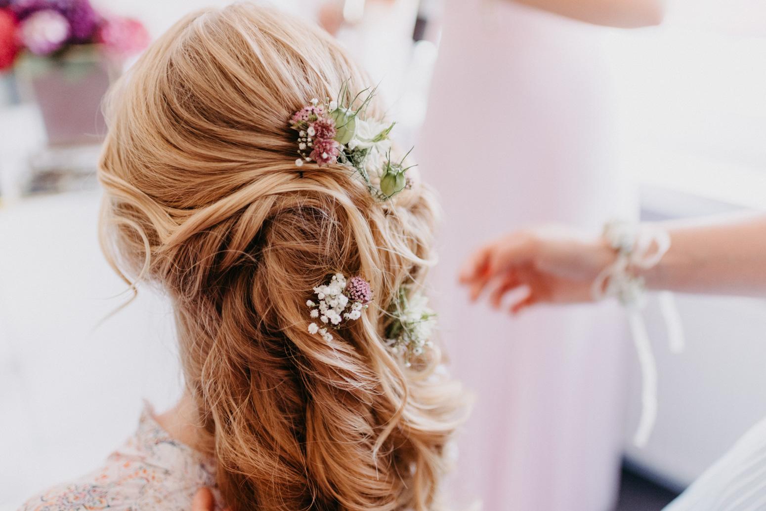 Wunderschöne Brautfrisur mit Blumen