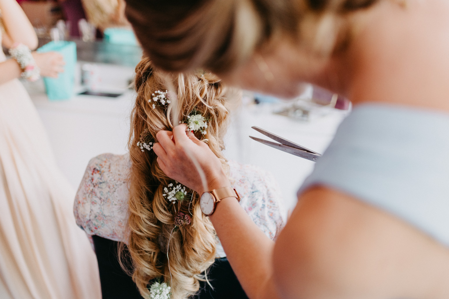 Wunderschöne Brautfrisur mit Blumen im Haar. Hochzeitsreportage von Genuine Bonds