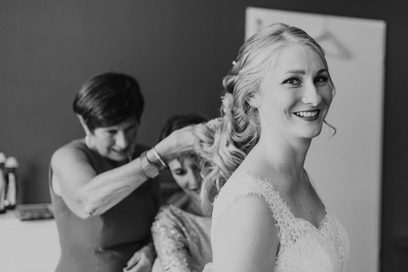 Freunde und Familie helfen der Braut beim Getting Ready. Hochzeitsfotografin Daria Becker von Genuine Bonds aus Bonn