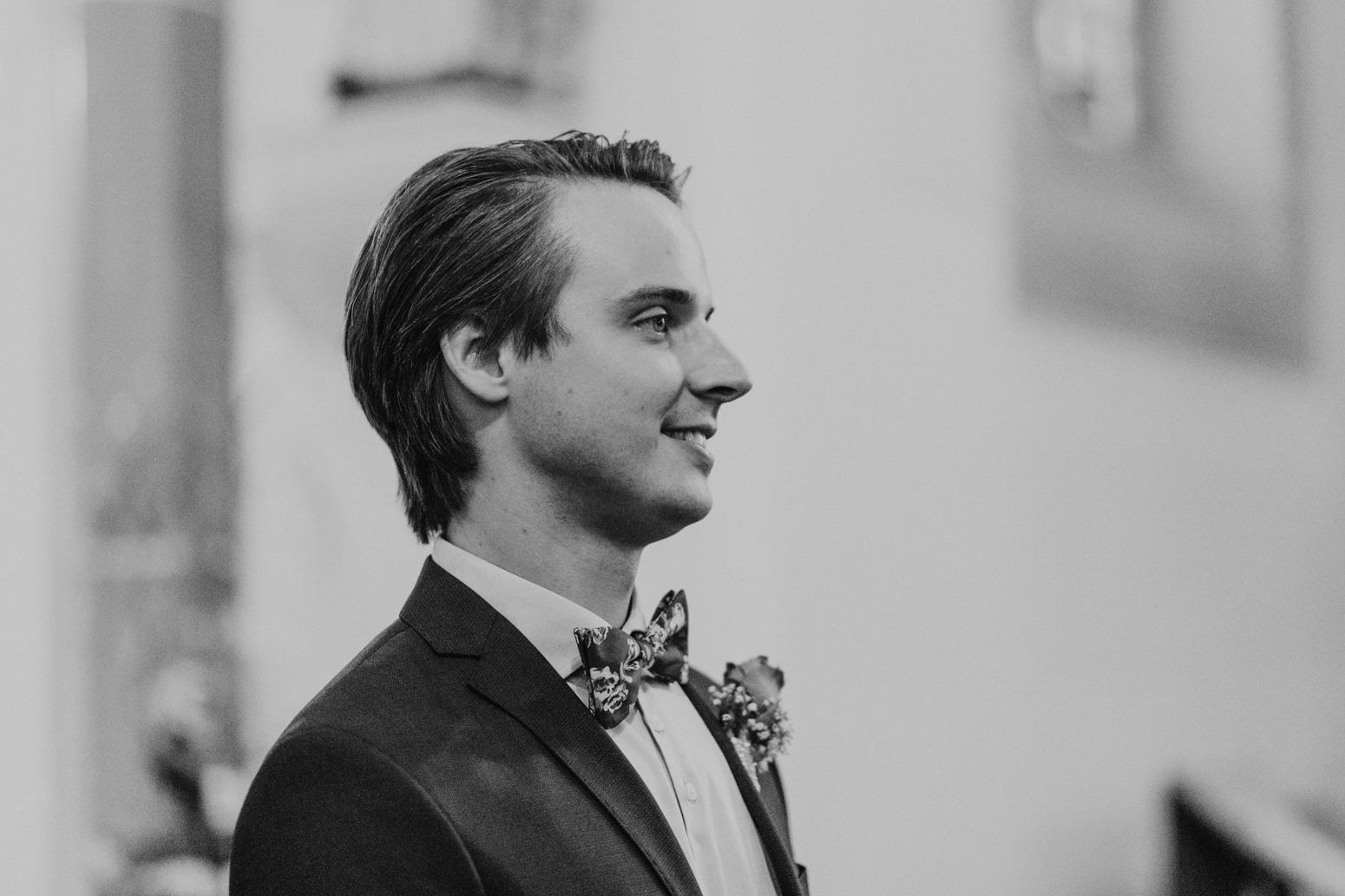 Der Bräutigam wartet in der Kirche auf seine Braut.