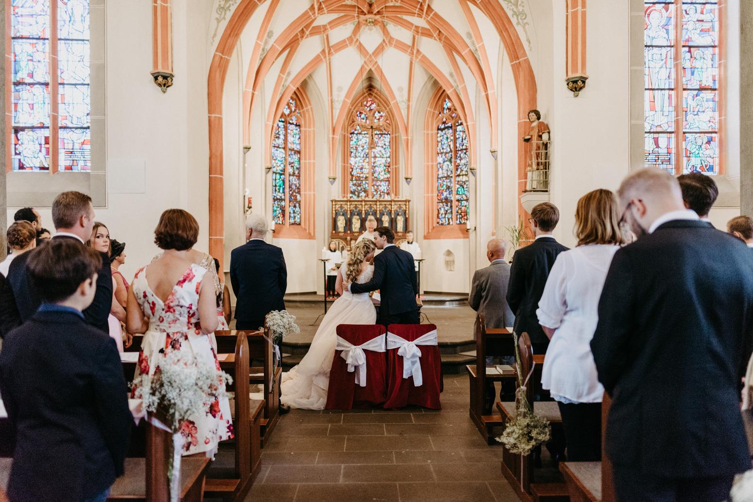 Trauung in der St. Laurentius Kirche in Oberwinter. Hochzeitsfotografin Daria Becker von Genuine Bonds aus Bonn