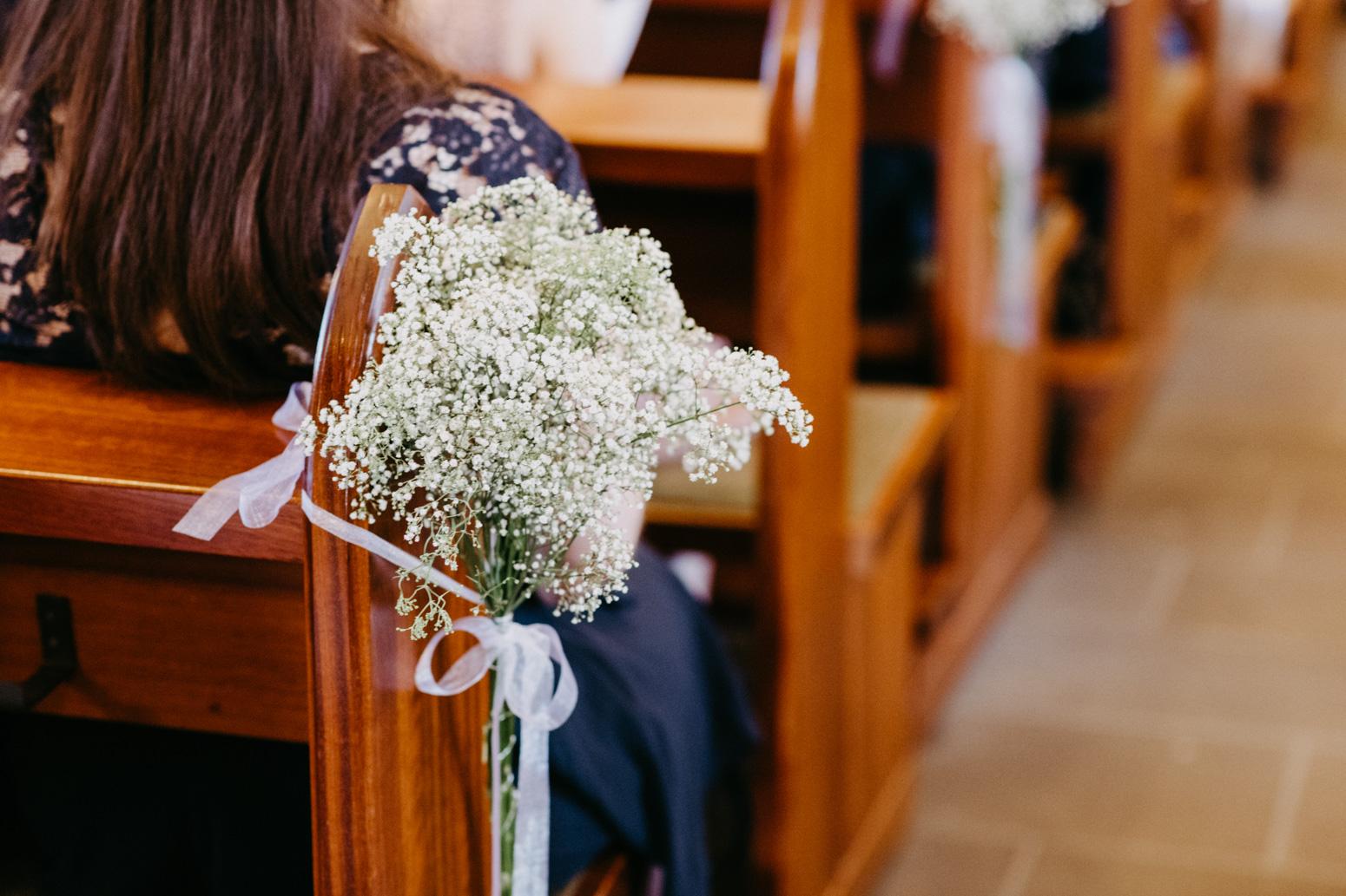 Blumendekoration in der Kirche St. Laurentius in Remagen, Oberwinter. Hochzeitsfotografin Daria Becker von Genuine Bonds aus Bonn