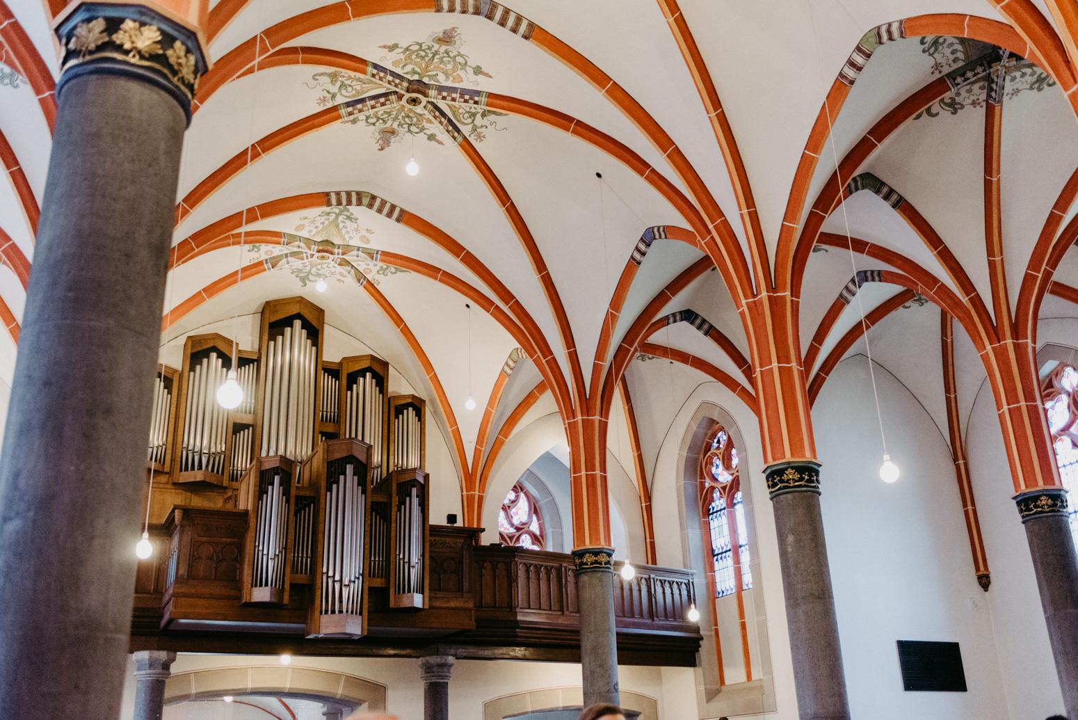 Gewölbe der Kirche St. Laurentius in Oberwinter. Hochzeitsfotografin Daria Becker von Genuine Bonds aus Bonn