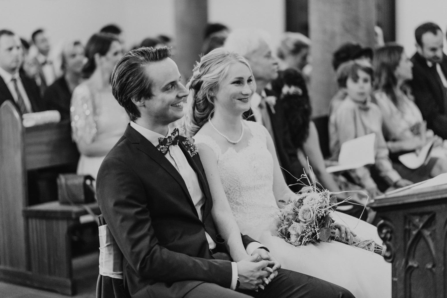 Ein aufgeregtes Brautpaar bei der Trauung. Hochzeitsfotografin Daria Becker von Genuine Bonds aus Bonn