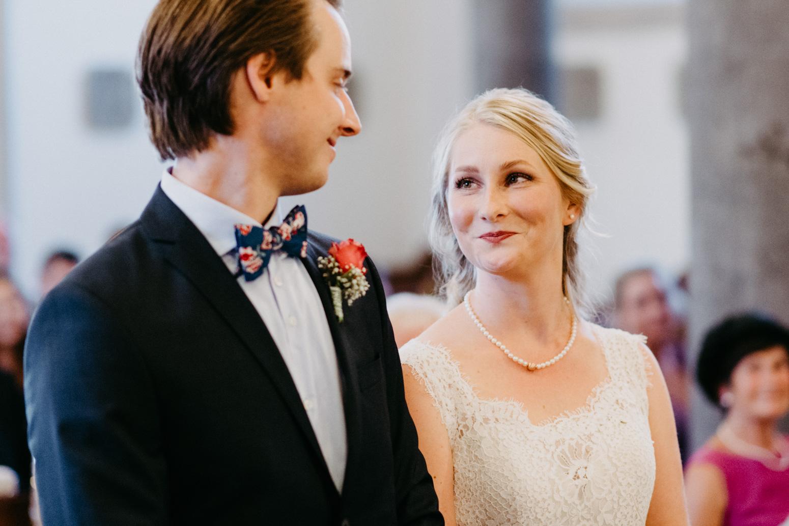 Liebevolle Blicke zwischen dem Brautpaar während der Trauung.