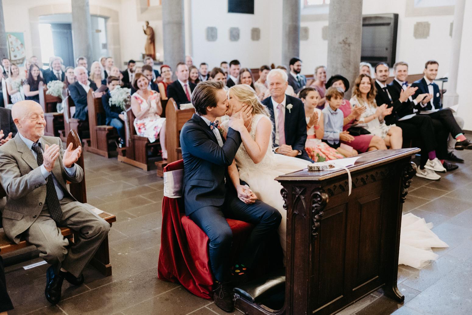 Der Hochzeitskuss bei einer Trauung in der St. Laurentius Kirche in Oberwinter.
