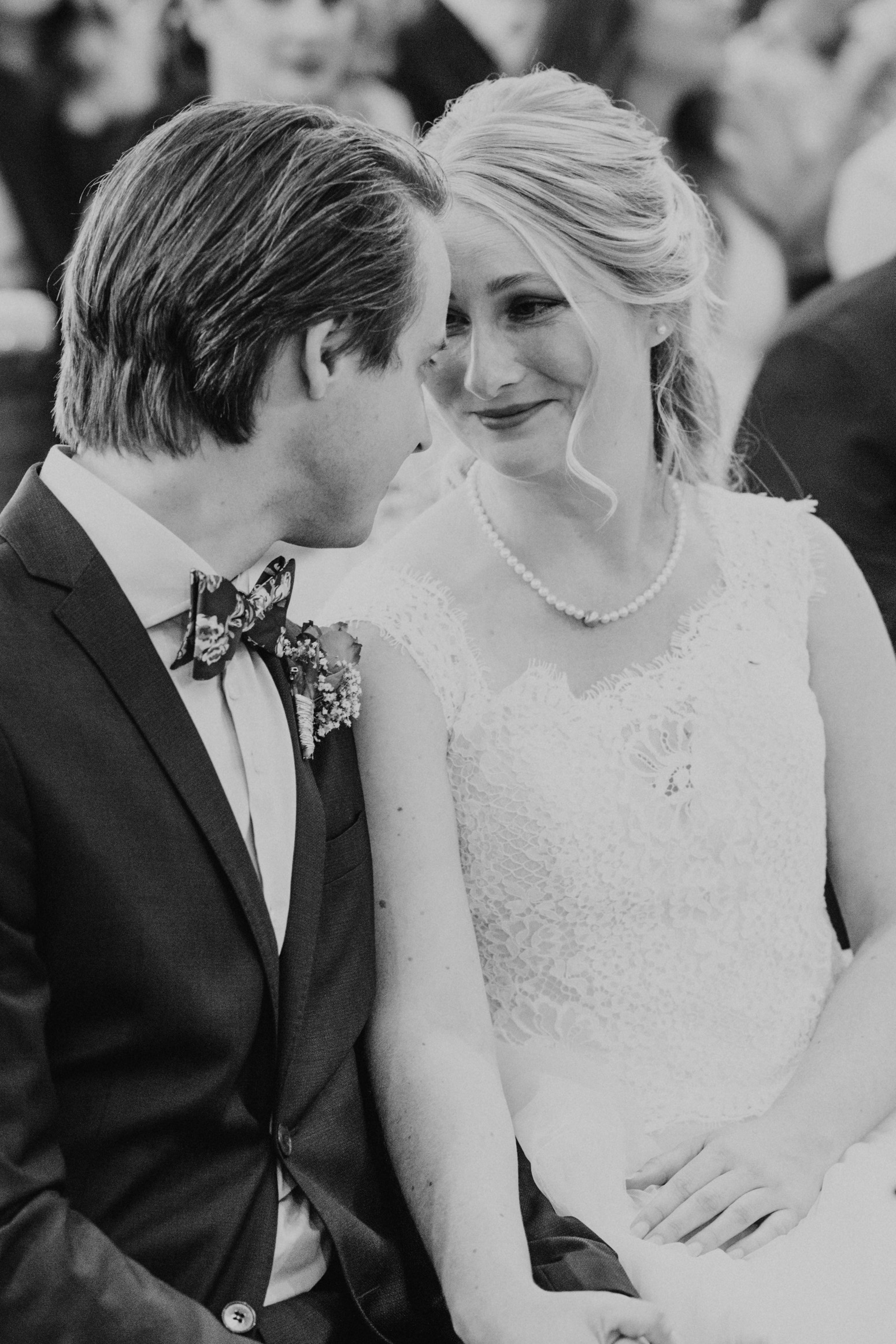 intime Momente während einer Trauung . Hochzeitsfotografin Daria Becker von Genuine Bonds aus Bonn