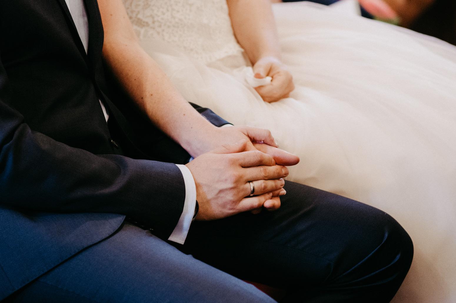 Bräutigam hält die Hand seiner Braut. Hochzeitsfotografin Daria Becker von Genuine Bonds aus Bonn