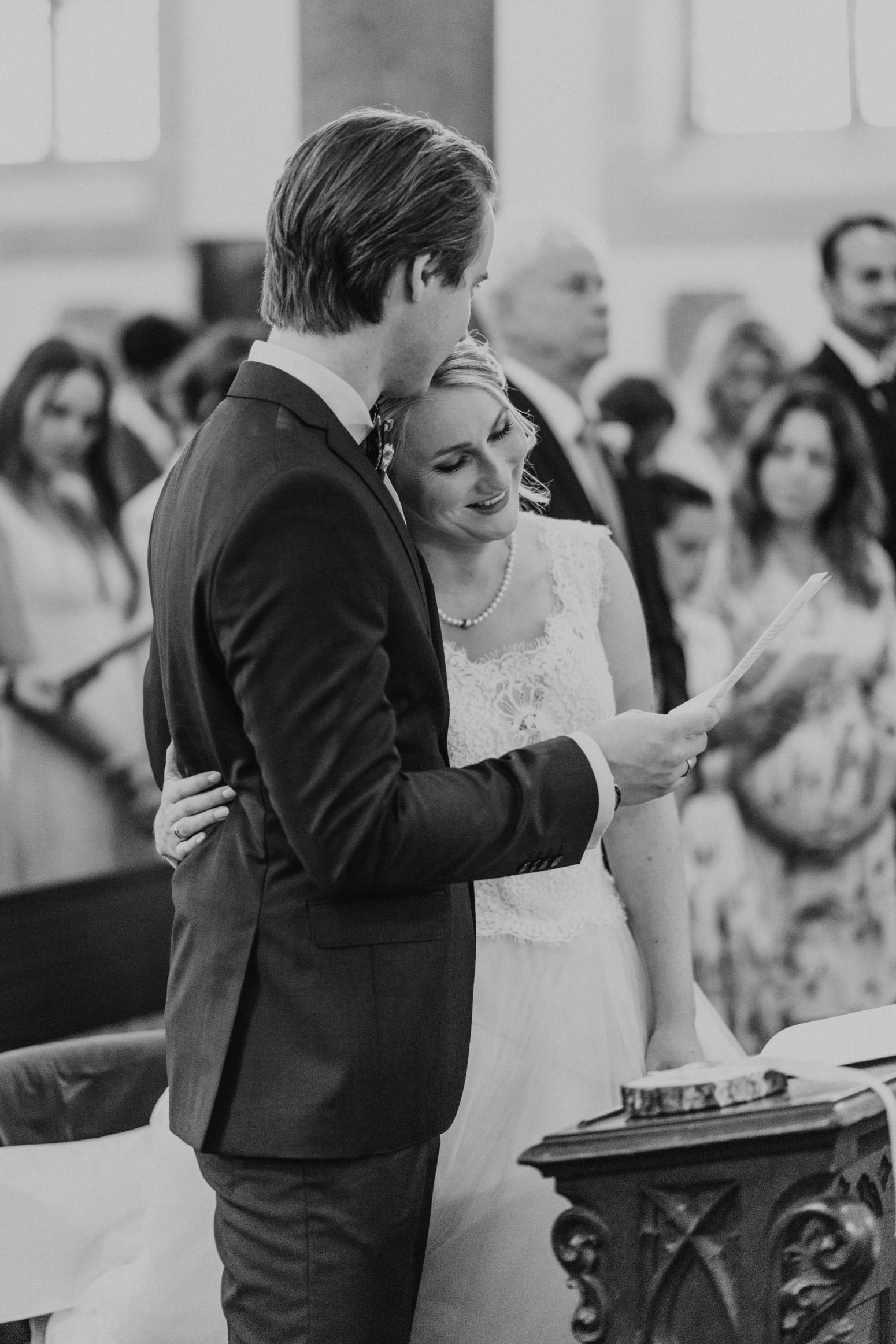 Die Braut umarmt glücklich ihren Bräutigam. Hochzeitsfotografin Daria Becker von Genuine Bonds aus Bonn