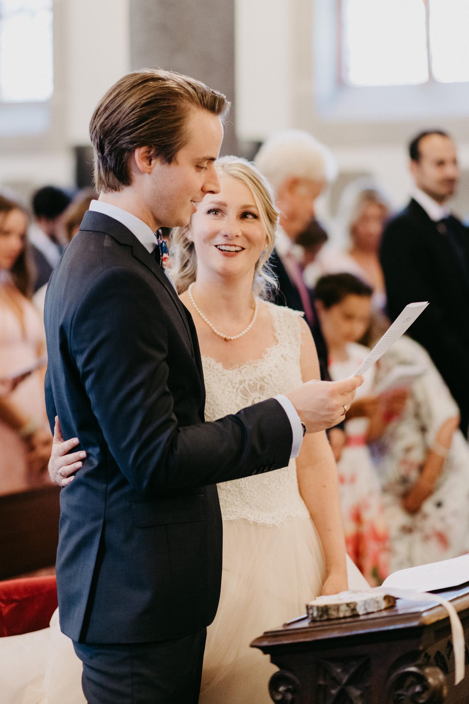 Der Bräutigam ließt das Eheversprechen