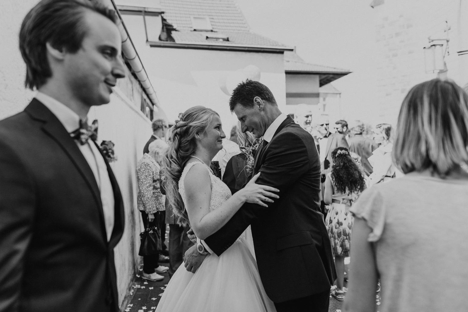 Gäste gratulieren dem Brautpaar nach der Trauung.