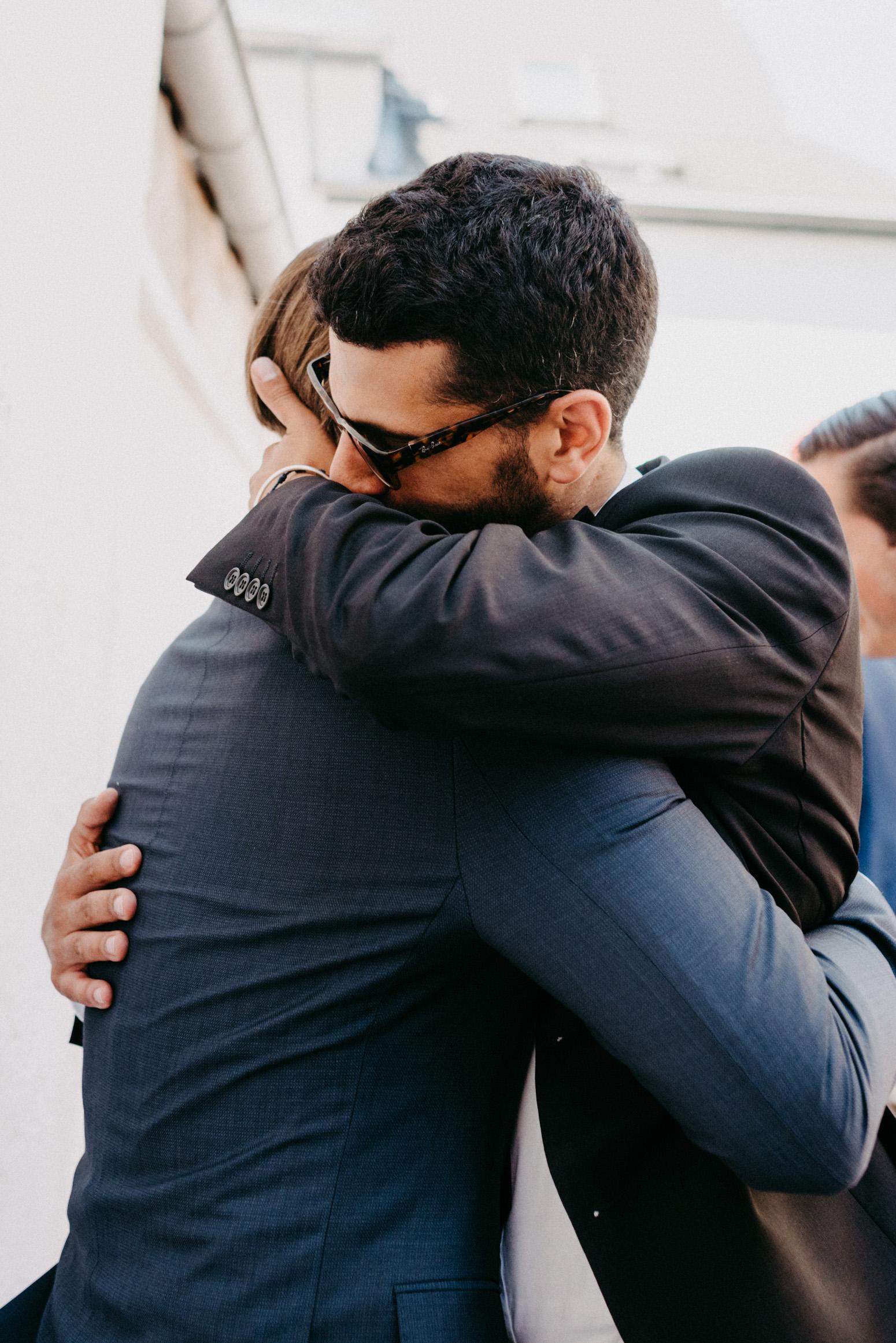 Herzliche Umarmung bei der Gratulation. Hochzeitsfotografin Daria Becker von Genuine Bonds aus Bonn