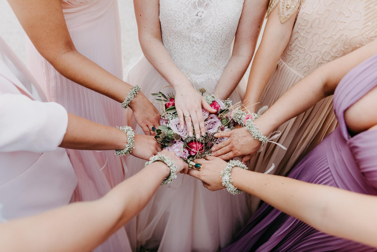 Brautjungfernkleider und Blumenarmbänder der Brautjungfern. Hochzeitsfotografin Daria Becker von Genuine Bonds aus Bonn
