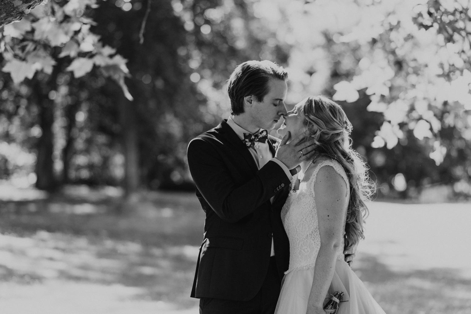 Kuss des Brautpaares beim Brautpaarshooting im Redoutenpark. Hochzeitsfotografin Daria Becker von Genuine Bonds aus Bonn