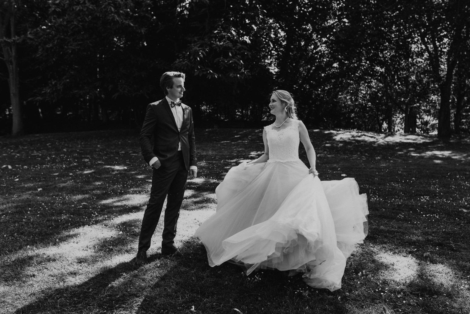 Brautpaarshooting im Redoutenpark in Bad Godesberg. Hochzeitsfotografin Daria Becker von Genuine Bonds aus Köln