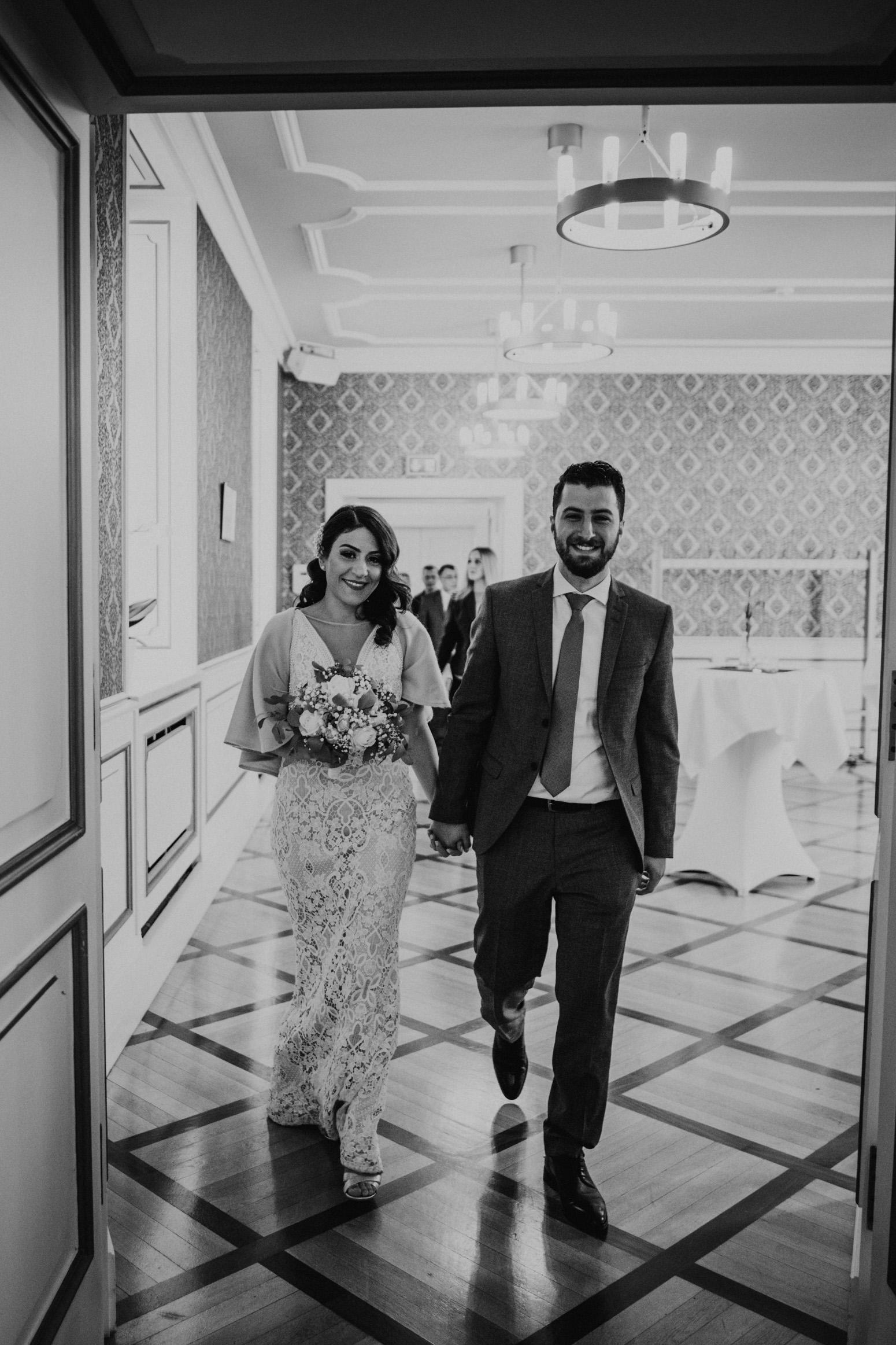 Ankunft des Brautpaares im Standesamt im Schloss Broich, Foto von Daria Becker, Hochzeitsfotografin von Genuine Bonds