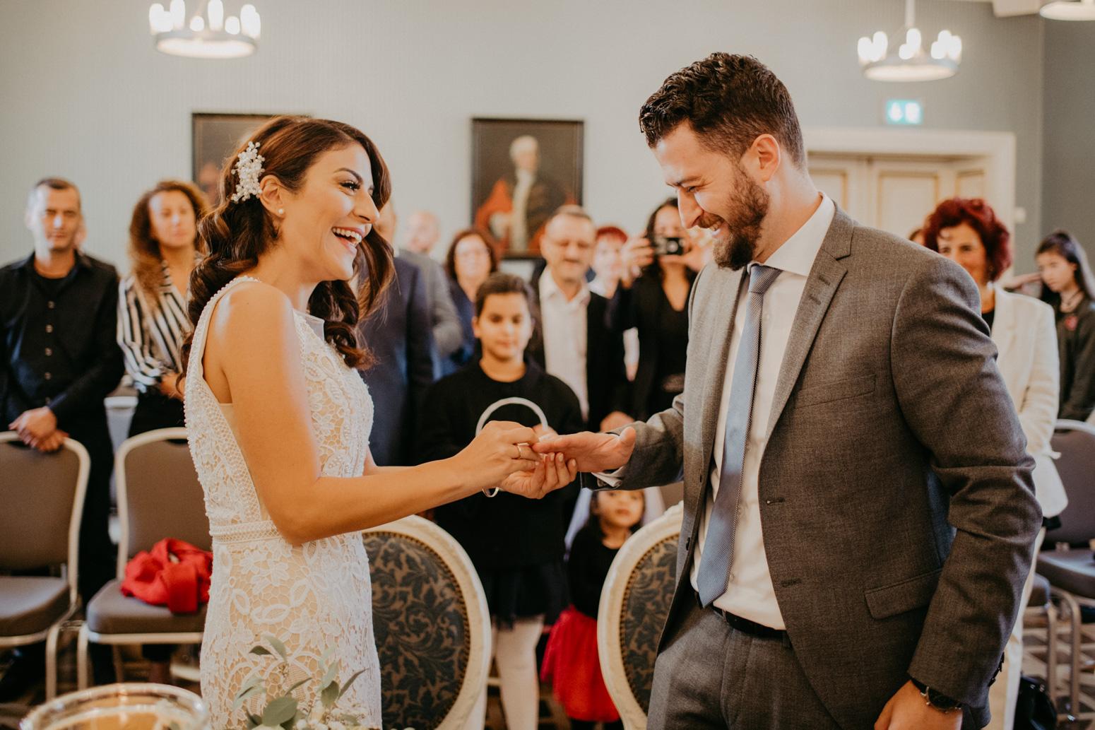 Ringwechsel bei einer Trauung im Schloss Broich, Hochzeitsfotografin Daria Becker von Genuine Bonds