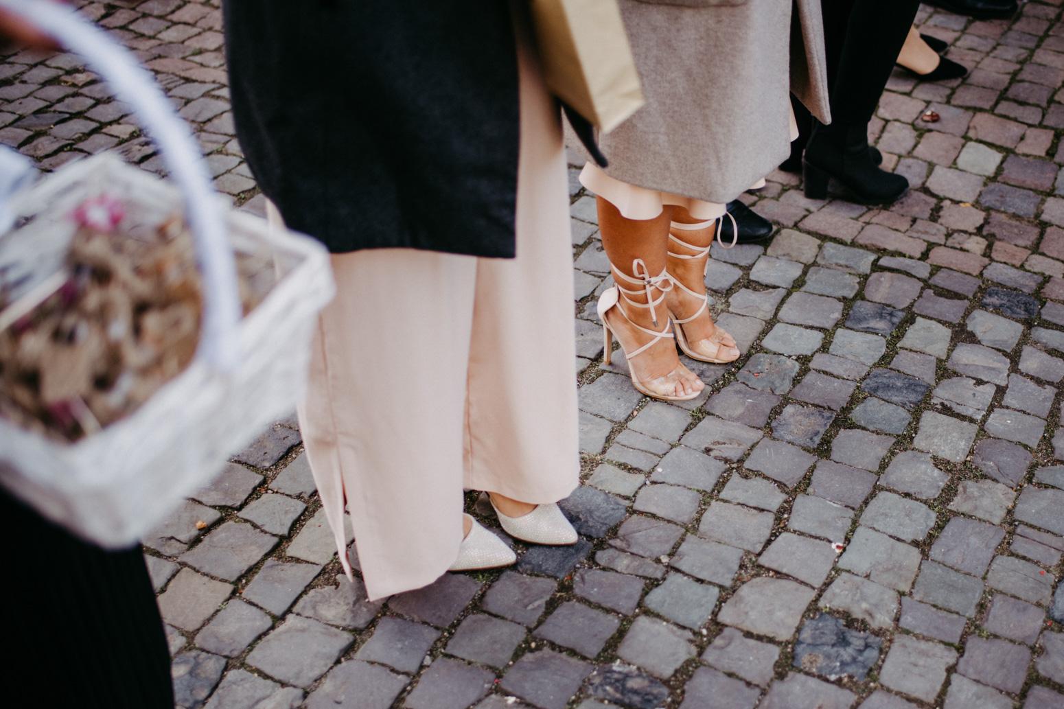 Gäste beim Auszug des Brautpaares aus dem Schloss Broich