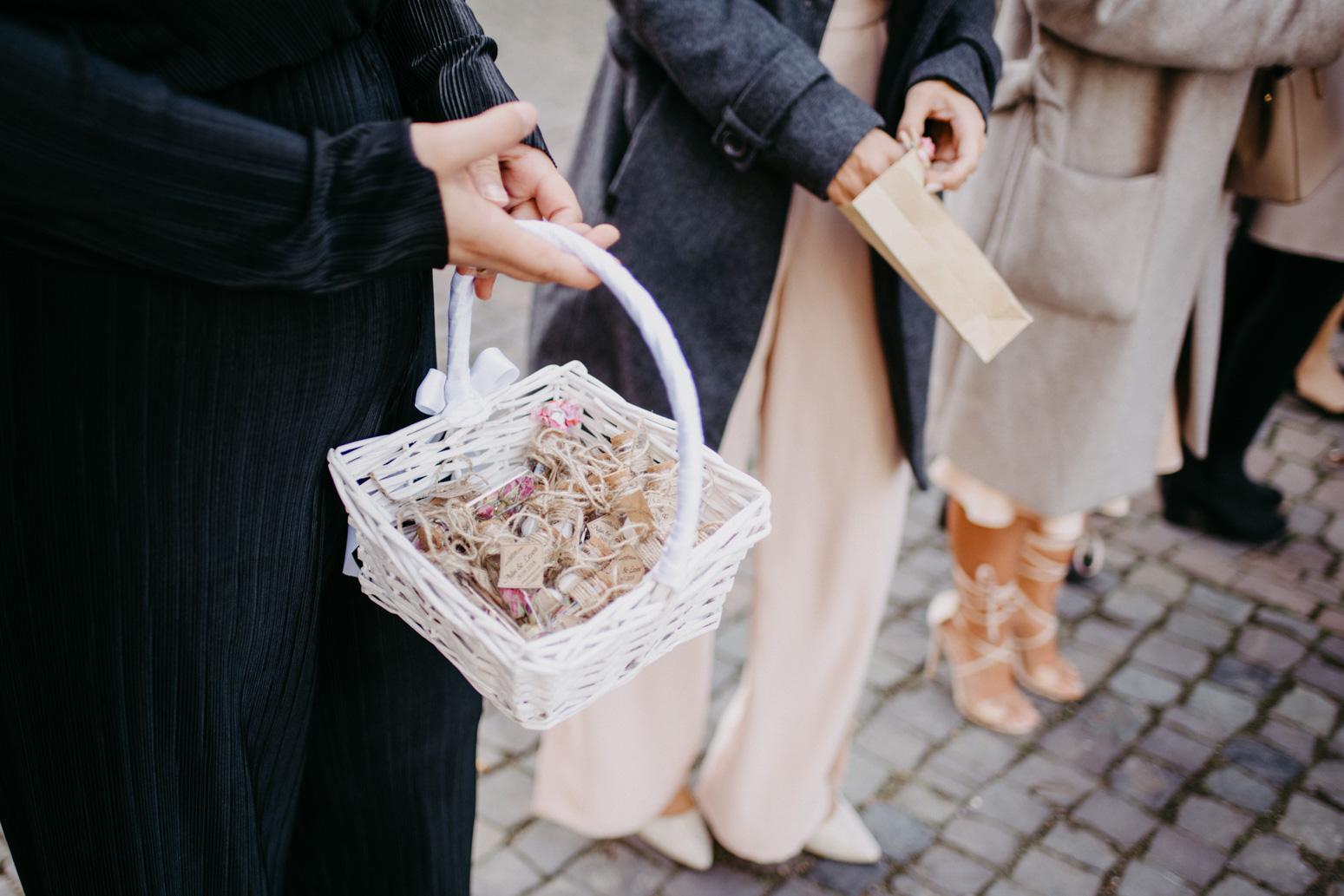 Gäste mit Süßigkeiten beim Auszug des Brautpaares aus dem Schloss Broich